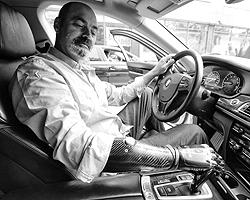 Экланд, как и раньше, водит машину (фото: пресс-центр ЗАО ИД