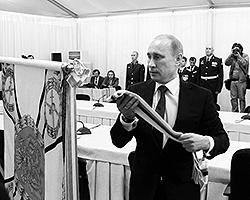 резидент России Владимир Путин закрепляет орден Жукова на боевом знамени 201-й российской военной базы в Таджикистане (фото: РИА