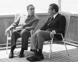 Генеральный секретарь ЦК КПСС Леонид Ильич Брежнев и  Президент США Ричард Никсон во время прогулки на катере по Черному морю  (Фото: РИА