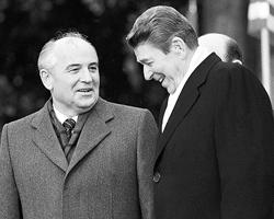 Михаил Сергеевич Горбачев, Генеральный секретарь ЦК КПСС,  находящийся в США с официальным визитом, и Рональд Рейган, Президент  США, во время церемонии встречи у Белого дома (Фото:  Reuters)