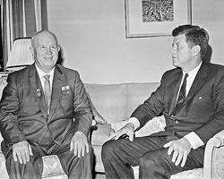 Первый  секретарь ЦК КПСС, Председатель Совета Министров СССР Никита Хрущев и  президент США Джон Кеннеди во время переговоров в резиденции  американского посла в Австрии (Фото: ИТАР-ТАСС)