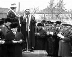 А.Тамим на церемонии открытия мемориала жертв политических репрессий в Грозном, февраль 1992