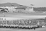 На военном аэродроме во время учений присутствовал и министр обороны США Чак Хейгел. Он пообещал корейским союзникам поддержку и заверил, что сокращения присутствия американских военных в этой стране не произойдет (фото: EPA/ИТАР-ТАСС)