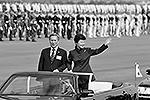Президент Южной Кореи Пак Кын Хе вместе с министром обороны страны Ким Кван Джин инспектируют войска на параде (фото: Reuters)