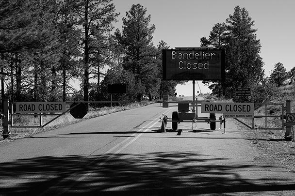 Табличка у входа к национальному монументу Бандельер в Нью-Мексико гласит о том, что он закрыт с 1 октября 2013 года