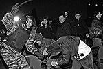 """Столкновения между толпой и ОМОНом произошли в столичном районе Бирюлево. Толпа собралась на сход в знак протеста против убийства одного из местных жителей, пытавшегося защитить свою девушку от нападения. Убийцей, предположительно, является выходец с Северного Кавказа (фото: РИА """"Новости"""")"""