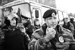 """Среди представителей полиции есть пострадавшие - командиру ОМОНа в голову попали бутылкой (фото: РИА """"Новости"""")"""