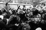 """Согласно официальным сообщениям, в ходе разгона «народного схода» полицией не применялись никакие спецсредства кроме дубинок – для особо агрессивных (фото: РИА """"Новости"""")"""