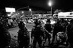 Полиция выстроилась в оцепление, чтобы предотвратить дальнейшие погромы (фото: ИТАР-ТАСС)