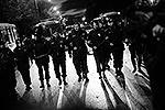 Полиция выстроилась в оцепление, чтобы предотвратить дальнейшие погромы и заставить людей разойтись (фото: ИТАР-ТАСС)