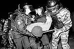 Согласно официальным сообщениям, в ходе разгона «народного схода» полицией не применялись никакие спецсредства кроме дубинок – для особо агрессивных (фото: ИТАР-ТАСС)