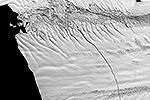 В Южном океане от ледника Пайн Айленд откололся айсберг площадью в 700 кв. метров, что примерно равняется размерам Сингапура. Ледниковая глыба находится в движении и несет угрозу международным морским путям, британские ученые собираются потратить 50 тыс. фунтов на его отслеживание (фото: nasa.gov)