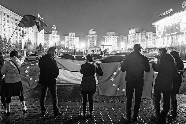 Накануне окружной административный суд Киева принял решение об ограничении проведения акций на Площади независимости в Киеве 22 ноября, запретив, в частности, разбивать там палатки