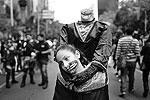 В центре мексиканской столицы прошел костюмированный марш «Зомби идут по Мехико». В нем приняли участие несколько тысяч человек, которые, подражая персонажам триллеров, всячески пытались напугать публику. Они «набрасывались» на прохожих, угрожая огромными клыками и длинными когтями (фото: Edgard Garrido/Reuters)