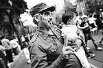Один из участников шествия облачился в форму кубинского революционера Фиделя Кастро (фото: Edgard Garrido/Reuters)