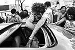 Участники марша пытаются напугать водителей проезжающих мимо машин - к взаимному удовольствию. Другие торговцы бойко торгуют масками монстров и тюбиками с красками, чтобы желающие могли нанести соответствующий макияж на лица (фото: Edgard Garrido/Reuters)