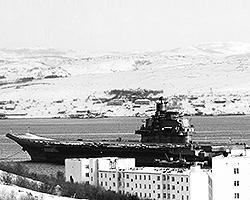 """Пока в боевом составе ВМФ РФ находится единственный авианосец """"Адмирал Кузнецов"""", который вскоре собирается на очередную боевую службу в составе Средиземноморской эскадры у берегов Сирии (фото: ИТАР-ТАСС)"""