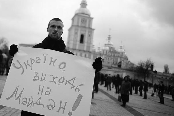 Накануне оппозиция грозила украинскому президенту Виктору Януковичу импичментом, из-за того что он не захотел подписывать соглашение об ассоциации Украины с Евросоюзом