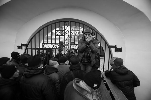 Бывшие майдановцы, которых не забрали в автозаки, скрывались на ближайших к майдану Независимости улицах. Около сотни спрятались в монастыре