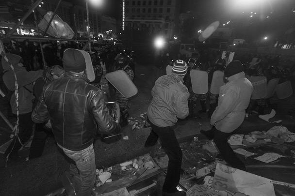 Центр Киева напоминал зону боевых действий. Во время зачистки территории спецназом люди бежали в панике. А тех, кто отказывался идти добровольно, «Беркут» подгонял дубинками