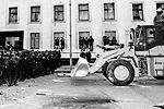 Сторонники евроинтеграции попытались прорваться на территорию резиденции президента на бульдозере (фото: ИТАР-ТАСС)