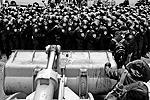 Бульдозер стал расталкивать защищавших здание администрации президента сотрудников спецподразделения «Беркут» и преграждавшие путь спецавтобусы (фото: ИТАР-ТАСС)