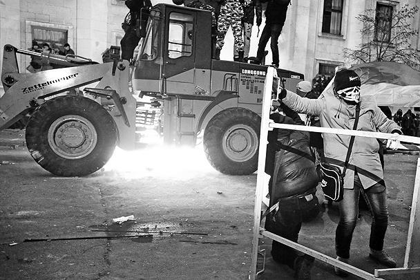 В сторону отрядов милиции полетели камни и тротуарная плитка