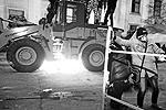 В сторону отрядов милиции полетели камни и тротуарная плитка (фото: ИТАР-ТАСС)