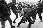 Участники массовых акций сами пытались ловить провокаторов (фото: Reuters)