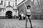 Не остались в стороне от происходящего и активистки FEMEN: одна из них с серпом в руке обнажилась у Киево-Печерской лавры, выступая против разгона сторонников евроинтеграции в украинской столице (фото: Reuters)