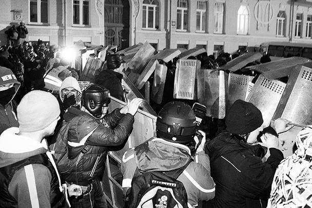 Протестующие закидывали сотрудников «Беркута» камнями и файерами, срывали с них каски и отнимали щиты