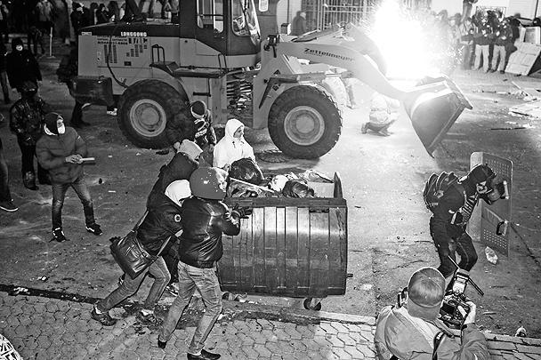Толпа митингующих забрасывала сотрудников правоохранительных органов кирпичами и металлическими прутьями