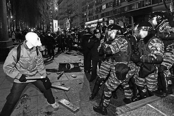 Часть протестующих оказалась хорошо подготовленной, у них были респираторы, у некоторых – даже противогазы