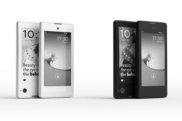 Разработчики настаивают, что YotaPhone – это не просто смартфон, а новый тип устройства. У него два дисплея: помимо обычного цветного экрана, на задней панели размещен дисплей, работающий на основе технологии электронных чернил. Он не гаснет даже при разряженной батарее