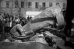 Разрушение памятника транслировалась в интернете (фото: Reuters)