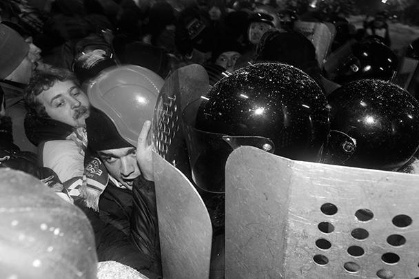Правоохранители, встав в плотную шеренгу и выставив вперед защитные щиты, начали оттеснять людей  к майдану Незалежности