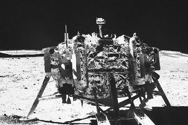 Снимок посадочного модуля «Чанъэ-3», сделанный луноходом «Юйту»