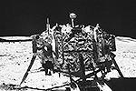 """Снимок посадочного модуля «Чанъэ-3», сделанный луноходом «Юйту» <a href = """"http://vz.ru/news/2013/12/16/664523.html"""" target = """"_blank"""">Подробности</a>(фото: news.cn)"""