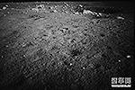 """Вид на Залив Радуги с бортовой камеры «Чанъэ-3». Через несколько мгновений луноход «Юйту» проедет первые метры по лунной поверхности <a href = """"http://vz.ru/news/2013/12/16/664523.html"""" target = """"_blank"""">Подробности</a>(фото: news.cn)"""