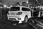 """По предварительным данным, Mercedes, в котором ехал Махачев, следовал по разделительной полосе, совершил наезд на пластмассовые блоки, после чего выехал на встречную полосу, где столкнулся с Chery Tiggo, и затем ударился в микроавтобус, который загорелся <a href = """"http://vz.ru/incidents/2013/12/20/665320.html"""" target = """"_blank"""">Подробности</a>(фото: ИТАР-ТАСС)"""
