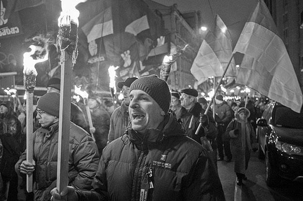 По разным данным, от 2 до 5 тысяч сторонников «Свободы» колонной с факелами прошли в центре Киева по Владимирской улице, бульвару Шевченко и Крещатику до майдана Независимости. Затем у захваченного манифестантами еще в ноябре здания киевской мэрии состоялся митинг-молебен