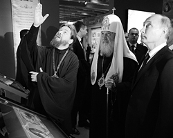 Архимандрит  Тихон, патриарх Московский и Всея Руси Кирилл и президент России  Владимир Путин во время посещения интерактивной выставки