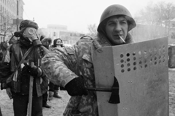Протестующие вооружены чем попало – от бытовых топориков до отобранных у милиции щитов