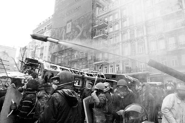 В качестве оружия протестующими активно используется пиротехника