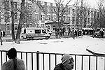 В московской школе обезвредили вооруженного ученика, взявшего в заложники сверстников, погибли один из учителей и полицейский. Еще один страж порядка был ранен. Сдаться подростка, который оказался отличником, уговорил его отец. По факту происшествия возбуждено уголовное дело сразу по трем статьям (фото: ИТАР-ТАСС)