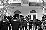 """Когда вооруженный ученик ворвался в школу, охранник учебного заведения успел с помощью тревожной кнопки вызвать наряд полиции. Но когда наряд приехал, злоумышленник открыл огонь из ружья по правоохранителям (фото: РИА """"Новости"""")"""