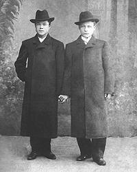 Двоюродные братья Путины Спиридон (слева) и Александр (справа) по случаю совершеннолетия Александра. 1900 г. Санкт-Петербург. (из книги: Александр Путин.