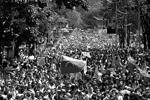 На улицы столицы Венесуэлы вышли студенты. Часть из них организовала шествия в поддержку правительства, другие выступали против действующей власти (фото: Reuters)