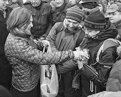 Официальный представитель Государственного департамента США Виктория Нуланд на Майдан. (фото: Reuters)