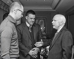 Арсений Яценюк, Олег Тягнибок и сенатор США Джон Маккейн (фото: Reuters)